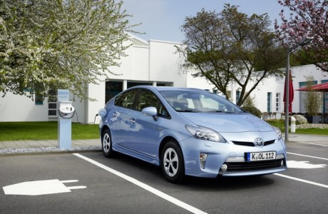 Toyota Prius Plug-in-Hybrid an der Ladestation, Foto: Toyota