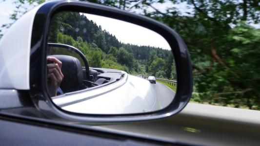 Im Rückspiegel tauchen immer wieder Motorradfahrer auf, Foto: Autogefühl