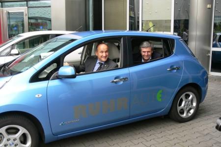 Übergabe von fünf Nissan LEAF mit (links) Thomas Hausch (Nissan Europe) und Ferdinand Dudenhöffer (Uni Duisburg-Essen), Foto: RUHRAUTOe