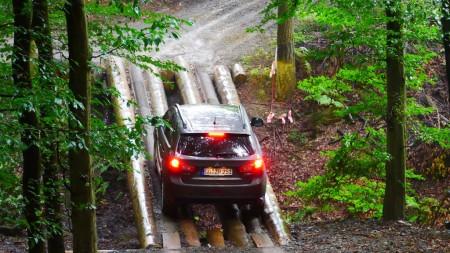 Mit dem Mitsubishi ASX über die Holzbrücke, Foto: Autogefühl