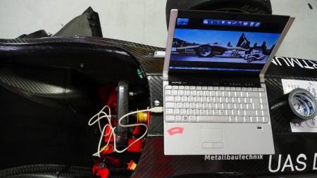 Die Rennwagen werden natürlich mit dem Laptop eingestellt. Foto: Autogefühl