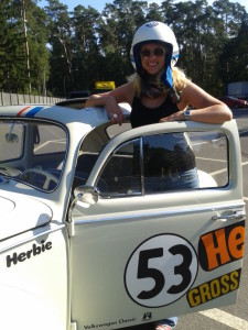 """Sarah mit dem """"Herbie"""" VW Käfer, Foto: Autogefühl"""