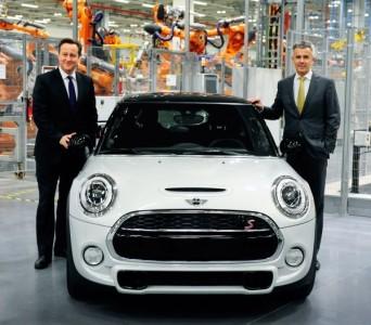 Der neue Mini mit dem britischen Premier-Minister David Cameron (links) und Peter Schwarzenbauer, Vorstandsmitglied der BMW Group. Foto: Mini