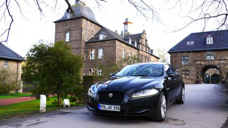 Jaguar XF 3.0 l Allrad vor Schloss Hugenpoet in Essen-Kettwig, Foto: Autogefühl