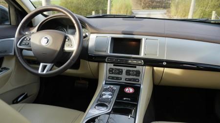 Gediegenes Cockpit mit Überraschungsmomenten - Foto: Autogefuehl