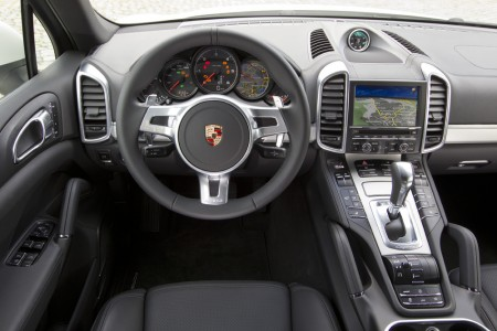 Cockpit im Porsche Cayenne S Diesel: Lenkrad sportlich aufgeräumt, Mittelkonsole futuristisch, Foto: Porsche