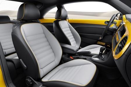 Vier Einzelsitze mit hellgrauen Mittelbahnen - Foto: Volkswagen