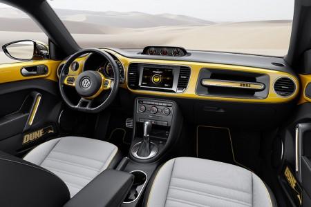 Interieur mit Zusatzinstrumenten und klassischem Käfer-Haltegriff - Foto: Volkswagen