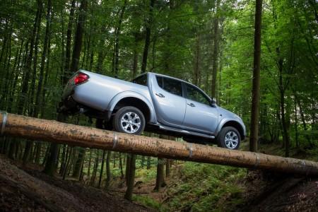 Schwebt auch hier im Wald: der L200. Foto: Mitsubishi