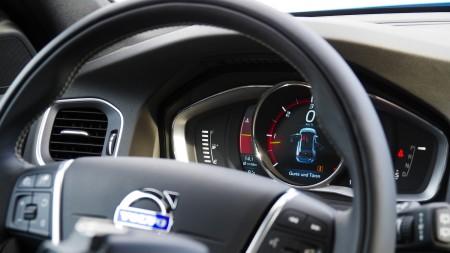 Volvo V60 R-Design Lenkrad, im Fokus: die digitalen Instrumente, Foto: Autogefühl