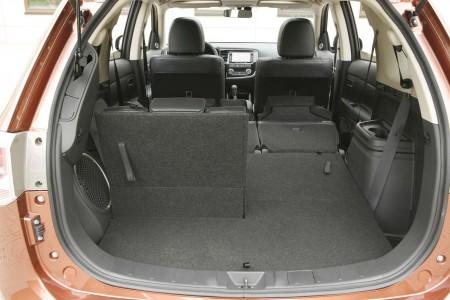 Mitsubishi Outlander Kofferraum mit umgeklappter Rückbank aber einem Notsitz hinten aufgeklappt, Foto: Mitsubishi