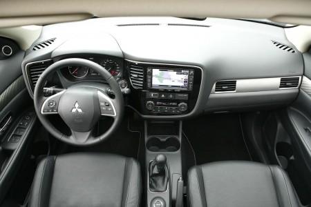 Mitsubishi Outlander Cockpit mit schwarzem Leder, Foto: Mitsubishi