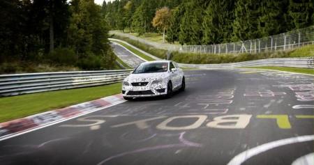 Seat Leon Cupra 280 mit Performance Pack im Tarngewand auf der Nordschleife, Foto: Seat