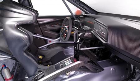 Cockpit mit Schalensitz, HANS-System und Schalthebel für das sequentielle 6-Gang-Getriebe - Foto: Seat