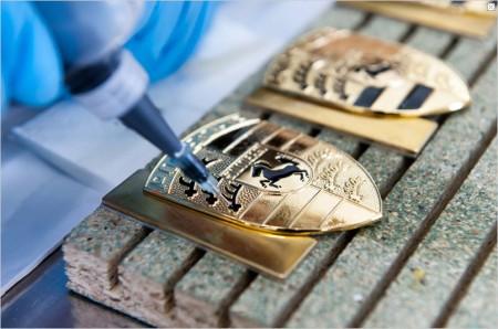 Präzisionsarbeit wie sonst nur beim Uhrmacher: Herstellung von Porsche-Haubenwapen - Foto: Porsche
