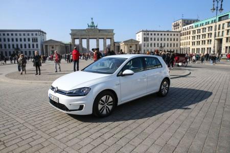 Der neue Volkswagen e-Golf am Brandenburger Tor, Foto: Autogefühl