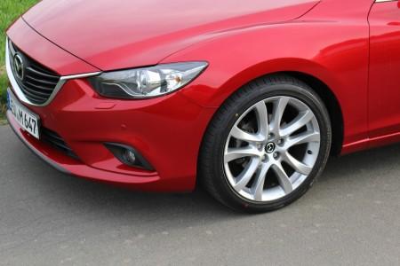 Mazda6 Limousine korrespondierendes Design von Scheinwerfern und Felgen, Foto: Autogefühl