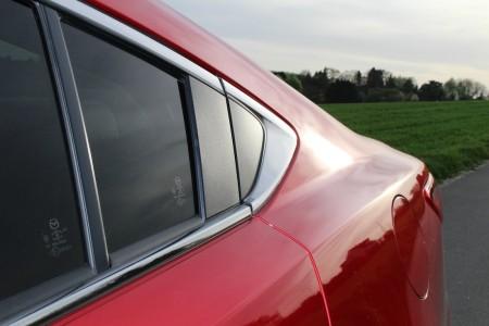 Mazda6 Limousine Coupé-Form am Fenster, Foto: Autogefühl