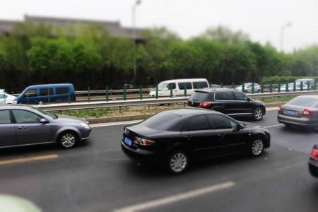 Stufenhecks immer in Sicht: Verkehr auf den Hauptachsen in Peking, Foto: Autogefühl