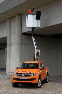VW Amarok mit Hubarbeitsbuehne, ohne Ausleger dank hyraudlischer Achsverriegelung, Foto: VW
