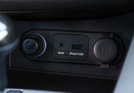 Kia Optima Facelift: USB-Anschluss leicht zugängig in der Mittelkonsole, Foto: Kia