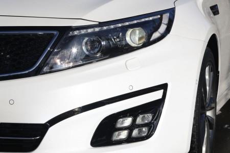 Kia Optima Facelift 2014: LED-Tagfahrlicht nun in die Scheinwerfer-Einheit integriert, Foto: Kia