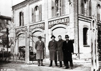 """Vier der fünf Maserati-Brüder vor dem ersten Firmensitz der """"Officine Maserati""""- Foto: Wikipedia"""