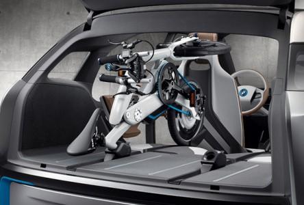 ...und so im Kofferraum eines BMW i3 zu verstauende Pedelec ein - Fotos: BMW