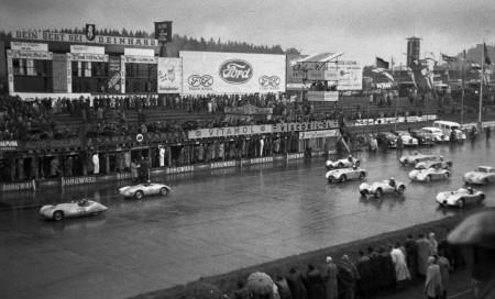 Start der 1,5-Liter-Rennsportwagen beim Eifelrennen auf dem Nürburgring (Juni 1953): In Führung liegt Arthur Rosenhammer (139) vom DDR-Rennkllektiv vor Helmut Glöckler (131) im Porsche 550 Spyder - Foto: Automuseum PROTOTYP