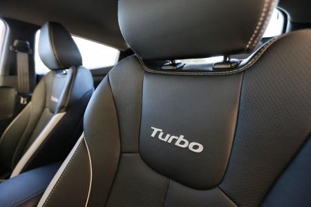 Formschöne Ledersitze mit Turbo-Schriftzug spenden guten Komfort und Seitenführung - Foto: Hyundai