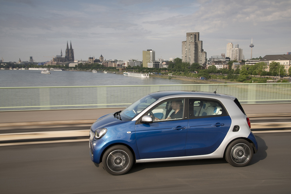 smart forfour 66 kW ,bodypanels  midnight blue (metallic), tridion cell cool silver (metallic), line proxy