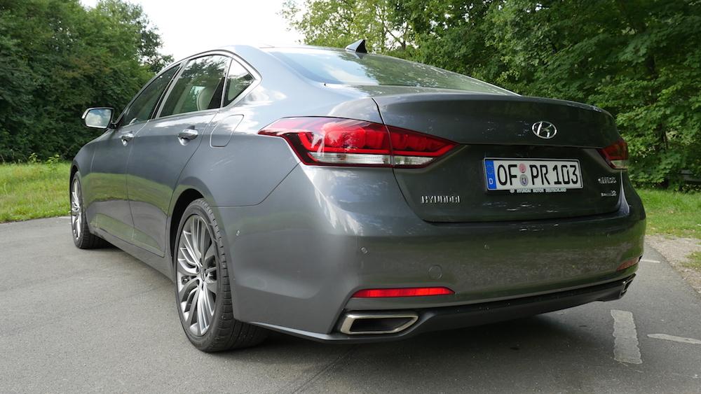 HyundaiGenesis_sedan_000